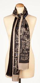 Foulard: PAROLE  175.00€  Las palabras que nos inspiran, escritas con tinta, en su versión invernal. Elegante foulard de doble cara: cara estampada en twill de seda y cara lisa en lana-seda.