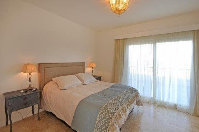 Mirá imágenes de diseños de Dormitorios estilo clásico: dormitorio principal. Encontrá las mejores fotos para inspirarte y creá tu hogar perfecto.