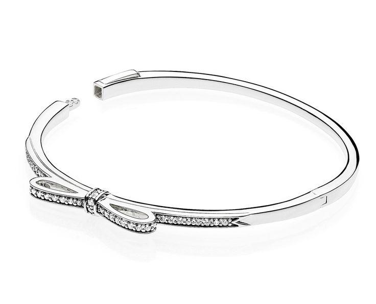Pandora 'Bow silver bangle' 590536CZ-2 17,5 cm. Maak een liefdevolle buiging naar je liefste en geef haar deze prachtige bangle armband cadeau. Met een als een strik gevormde opzetstuk, voorzien van heldere en glanzende zirkonia's. Een prachtig sieraad met de sluiting aan de zijkant voor het eenvoudig vastklikken. https://www.timefortrends.nl/sieraden/pandora/bedelarmbanden.html