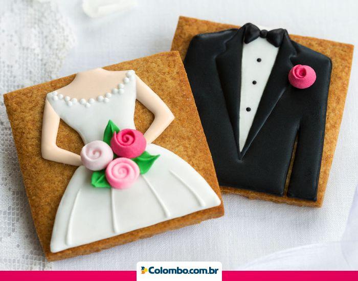 Dê um toque pessoal no seu casamento. Você pode fazer biscoitos com a mesma identidade dos noivos.
