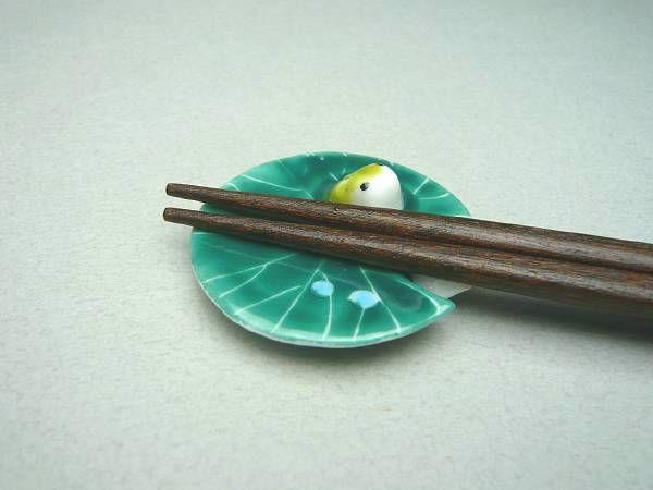 Frog chopstick rest... kawaii!