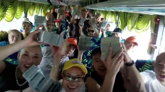 Dakwa Pelancong Bawa Duit Palsu Tak Faham Bahasa Cina Jangan Buat Cerita Netizen Tampil Terjemah Maksud Percakapan Dalam Video   Sejak semalam telah tersebar dua buah video yang menjadi viral di media sosial di mana memaparkan gelagat pelancong luar negara yang datang ke Malaysia dan ada yang menuduh mereka ini membawa masuk duit palsu ke negara kita.  Baca:  Video Pelancong China Sakan Tayang Duit Dalam Bas  Dakwa Pelancong Bawa Duit Palsu Tak Faham Bahasa Cina Jangan Buat Cerita Netizen…