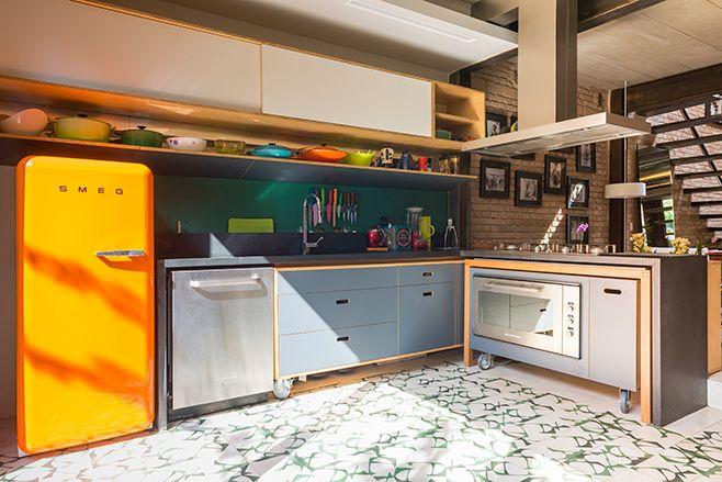 casa goia, em são paulo | projeto: renata pati | a cozinha. todos os móveis contam com rodinhas