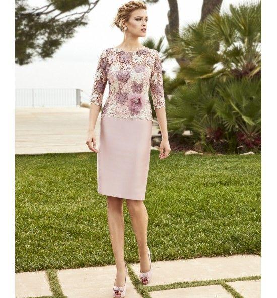 Vestido de Madrina largo, la parte superior de guipur bicolor y la falda recta en micado. De manga francesa y escote redondo