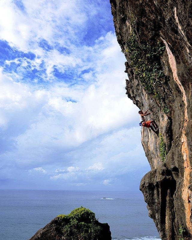 """@bni46 #7w0nderful #70TahunBNI #BNI46 #BNIKembangkanNegeri #iPhonesia #BNI_Sport """"Panjat Tebing"""" atau istilah asingnya dikenal dengan Rock Climbing merupakan salah satu dari sekian banyak olahraga alam bebas dan merupakan salah satu bagian dari mendaki gunung yang tidak bisa dilakukan dengan cara berjalan kaki melainkan harus menggunakan peralatan dan teknik-teknik tertentu untuk bisa melewatinya."""