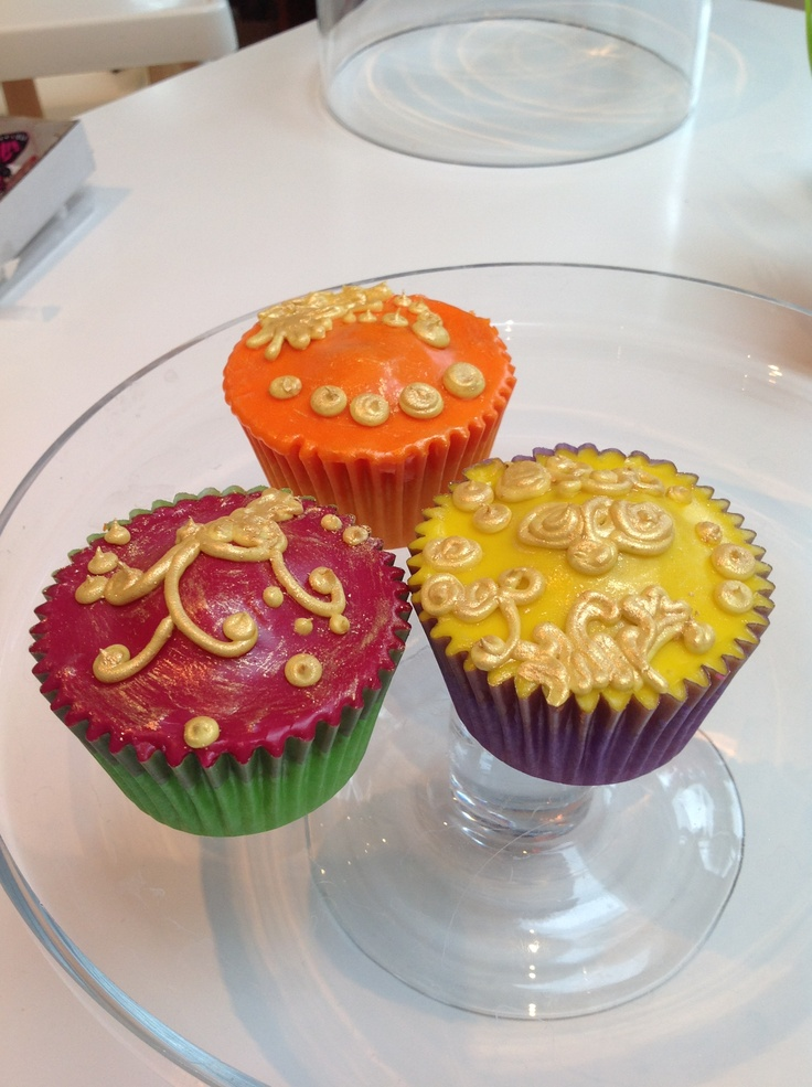 Side on gold cup cake icing