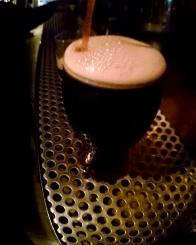 Heavy es la nueva cerveza de pizarron. Heavy es tomar más de una. Wee Heavy es su nombre! Scottish style con 9,5% de alcohol. Su nombre es igual al que se les da a las cervezas más fuertes de Escocia. Reclama tu happy hour de Wee Heavy hasta las 00hs.