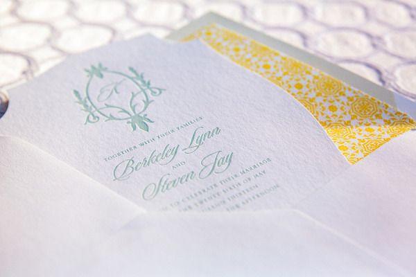Convite de casamento verde menta com branco e amarelo