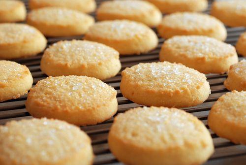 Préparation: 1. Préchauffez votre four à 180°. 2. Dans un saladier, cassez l'oeuf et ajoutez le sel, le sucre et le sucre vanillé. Fouettez le mélange jusqu'à ce qu'il blanchisse.…