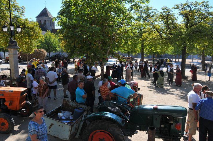 Grande fête des battages d'Antigny (Août 2015) de passage sur la place de la libération à St Savin