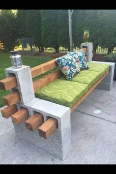 Voici un banc d'extérieur DIY très facile à réaliser. Il suffit de quelques parpaings et poteaux de clôture en bois. Découvrez des tutoriels DIY pour le jardin : http://www.amenagementdujardin.net/category/diy/