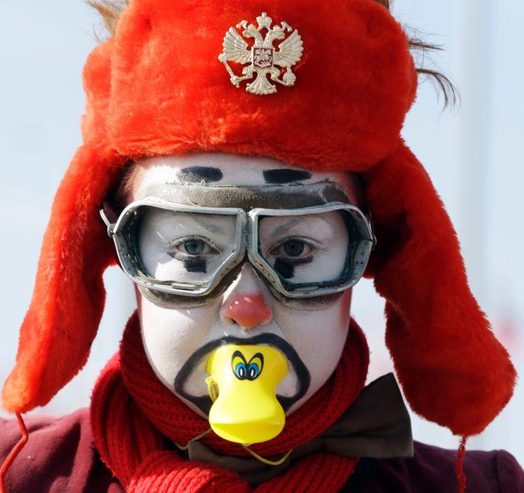 Seorang aktor tampil di Olympic Park di Olimpiade Musim Dingin Sochi 2014.