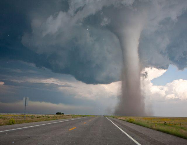 Tornados são colunas de ar girando em altíssima velocidade, originam nas nuvens de tempestade tipo Cumulunimbus.