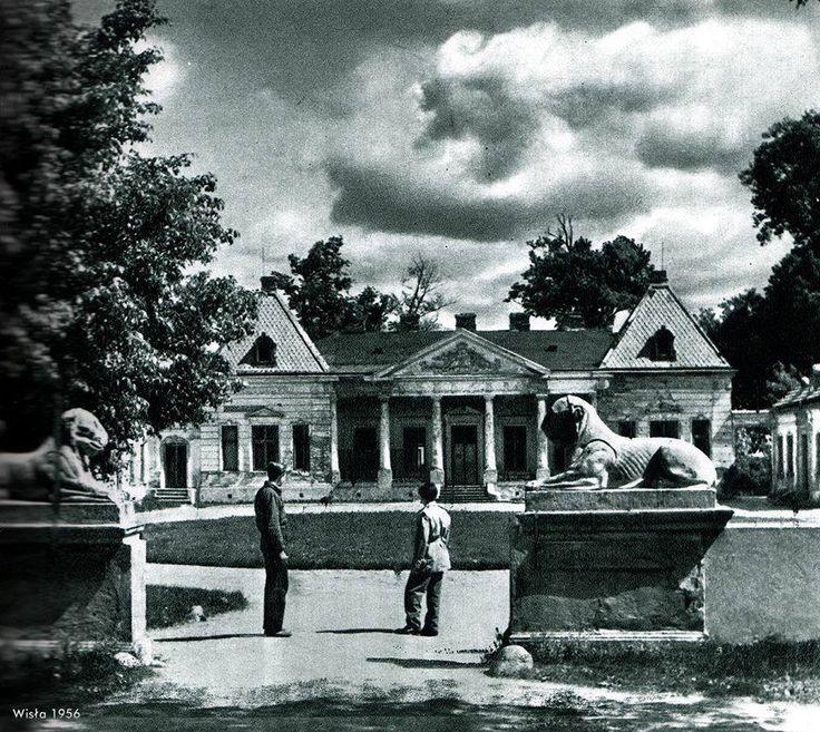 """Pałac Bruhla - Młociny - 1956 r. Pałac został wzniesiony jako rezydencja podmiejska w latach 50 XVIII wieku , na wiślanej skarpie, otoczony ogrodem, dzięki czemu nazywany był też """"Wilanowem Północy"""", przez długie lata słynął z hucznych zabaw i bali. W przypałacowym zwierzyńcu trzymano rozmaite dzikie zwierzęta: żubry, dziki, jelenie i daniele, zbudowano także bażantarnię. Obecnie Pałac jest w prywatnych rękach jest nieużytkowany i popada w ruinę. Żal serce ściska , że tak cenny zabytek traci…"""