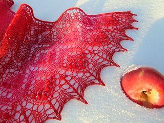 Шаль «Яблоки на снегу» (1 вариант) Frosty Aрples Shawl by Lyubov Shalnaya дизайнера Любови Шальной  Шаль имеет треугольное тело и полукруглую кайму. Скачать схему на русском