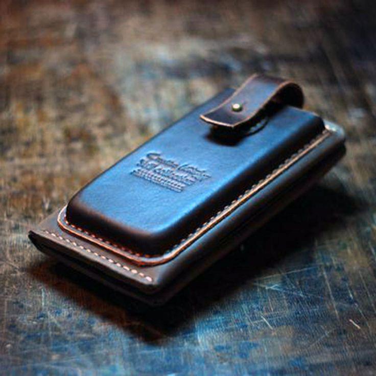 Уникальный кожаный портмоне – чехол из американской кожи, обработанный и сшитый вручную без единой машинной строчки, для незабываемого подарка солидным и экстравагантным людям. Снаружи два объёмных кармана на кобурных кнопках с хлястиком, внутри два кармана для паспорта и купюр, два карманчика