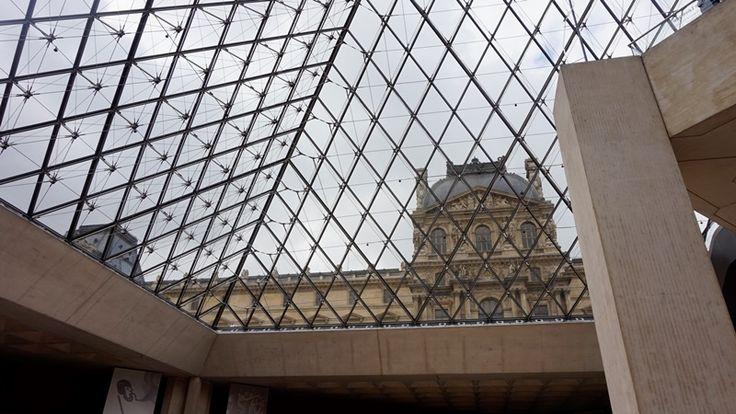 """Participa hasta el 31 de agosto en el XI Concurso de Fotografía El Foton elfoton.com #elfoton15 #ArquitecturayPatrimonioCultural Usuario: yesica (Francia) - """"Louvre"""" - Tomada en Paris el 27/08/2014 #photos #travel #viajes #igers #500px #Picoftheday #Fotos #mytravelgram #tourism #photooftheday #fotodeldia #instatravel #contest #concurso #instapic #instaphoto #Louvre #Paris #Francia #piramide"""