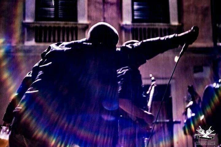 Metal under the rain #metal #metallo #metalloitaliano #power #powermetal #heavymetal #nomaneyes #headbangers #heavymetalsinger #metalheads #x_metalheads_x #metalbands #heavymetalbands #metalgods #bands #BAND #singer #rocksinger #heavysinger #cosmogony #diamondsprod #metalband #metalmusic #metalero