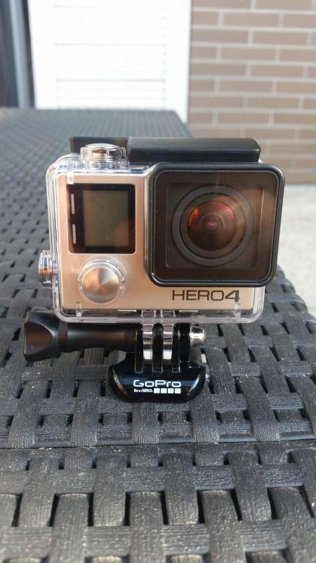 GoPro 4 Black Edition avec caisson étanche, fixation tige, carte de 64GB.