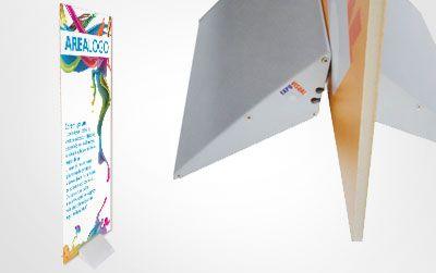 Molto elegante e versatile è disponibile in 2 formati, dove è possibile regolare lo spessore del pannello contenuto tramite un'apposita manopola che esercitando una rotazione spinge le ali di appoggio verso l'alto.     Disponibile in 2 versioni:   1) Pannelli larghezza 70 cm (portapannelli da 35 cm). Peso massimo del pannello: 30 Kg. Peso espositore : 4,1 Kg.   2) Pannelli larghezza 100 cm (portapannelli da 50 cm). Peso massimo del pannello: 45 Kg. Peso espositore: 5,4 Kg.