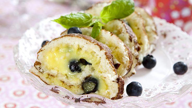 Mumsig rulltårta med citronkrämen lemocurd som kan köpas färdig i butik. Rullen går även att göra mjölkfri genom att koka vaniljkrämen med soja- eller havredryck.