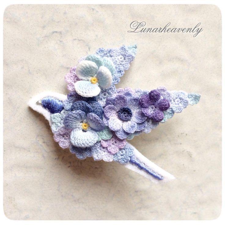 新作。お花を纏った青い鳥のブローチ。 HMJに向けてたまっているアイディアを形にしていきたいです♪ #レース編み #crochet