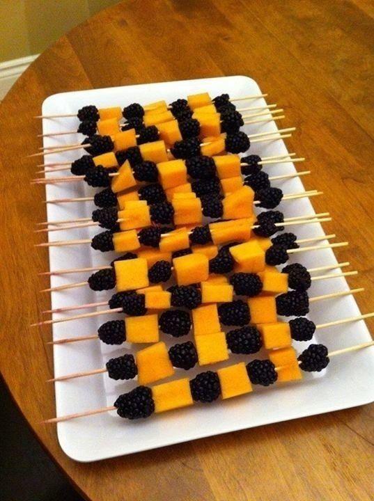 Pinchos de frutas hechos con moras y melón ¡perfectos para tu fiesta de Halloween!                                                                                                                                                                                 Más