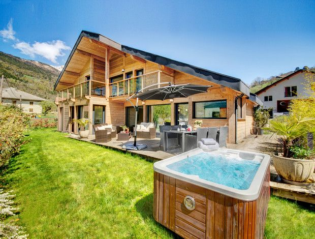 Explore mountains, lake, town and country from this five-star home in the French Alps - jacuzzi, terrace and gym. Annecy 25 mins, Geneva airport 1hr
