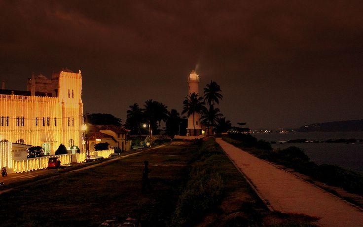 Farol do Forte Galle, localizado na baía de Galle, província do Sul, Sri Lanka.  Fotografia: calflier001.