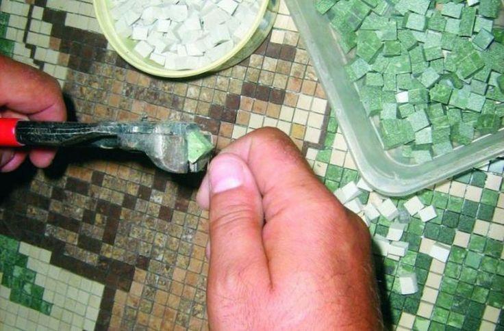 Drobne korekty kształtu maleńkich kostek mozaiki wykonuje się za pomocą cążków. Fot. RENE Usługi Remontowo-Budowlane