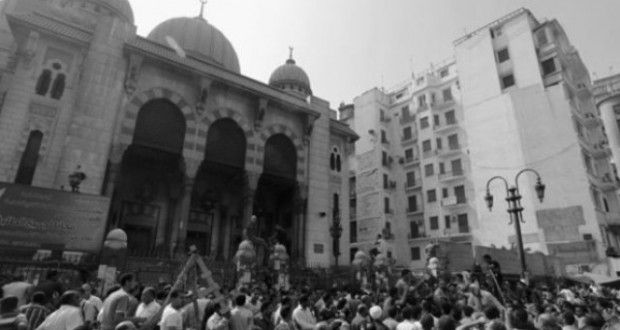 """Ada banyak orang di dalam masjid yang menolak untuk pulang dan meninggalkan orang-orang yang terluka. Dan itu serius. """"Saya ingat seorang anak 11 tahun yang ususnya keluar setelah ditembak senjata api oleh penembak jitu,"""" katanya sambil menangis. """"Segera setelah itu, kendaraan militer, polisi dan helikopter mengepung tempat itu dan mencoba untuk menyeret pengunjuk rasa di luar dengan kekerasan. Pada saat ini, kami pikir pembantaian itu sudah direncanakan,"""" kata Heba."""