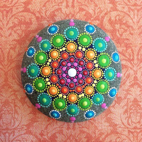 Des pierres bijou Mandala océan  Jai trouvé cette pierre ronde splendide, lisse sur une plage sur lîle du sud de la Nouvelle-Zélande. Cest une pierre de grauwacke, plein de minéraux-principalement Quartz. Cette pierre est denviron 8,5 cm de diamètre  Jai peint avec des peintures acryliques dans une partie dun genre mandala. Je puis sceller avec un vernis mat pour le protéger. Chaque pierre est signé sur le dos (mes initiales en braille).  Ces pierres sont parfaits pour décorer un espace…