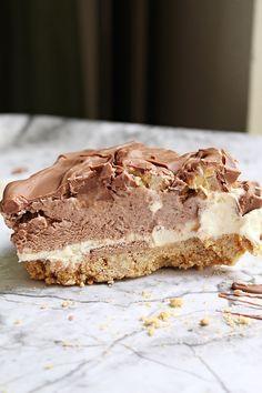 Vad sägs om en 88an cheesecake? En spröd botten av digistivekex, som är varvad med vanilj och chokladcheesecake. På toppen har jag lagt på en himmelsk nötkrokant med choklad. Jag tröttnar aldrig på cheesecake, en krämig och len kräm som smälter ihop så bra med nötterna och digistivekexen. Tänk bara på när du gör nötkrokant, [...]
