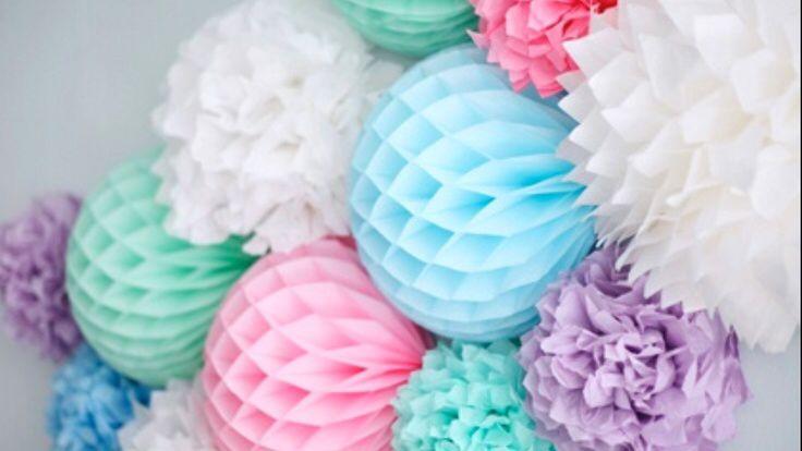 Fleurige pompons en honeycombs.   #pompom #honeycomb #lampion #evenement #decoratie #verlichting #evenementenbureau #styling #babyshower #trouwen #marriage #wedding  Pom pom  Alveoles decoration de mariage Bruiloftsborden  Huwelijk ideeën Lantaarn paper balls