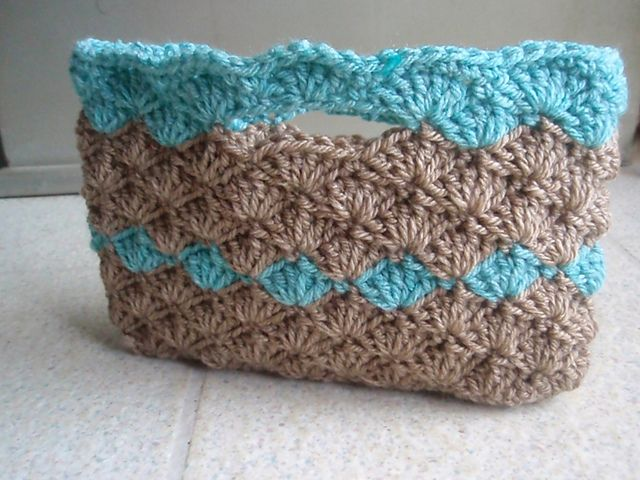 Crocheted purse (pattern not in English) - love the line of color through the middle!