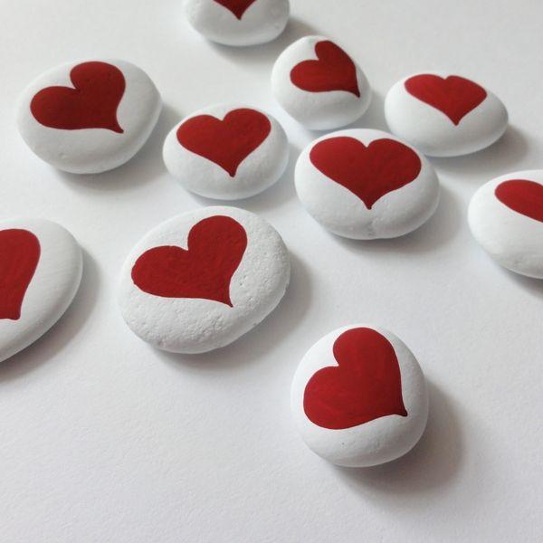 SRDÍČKA - KAMENY - ČERVENÁ - 10 kusů Malované kameny - oblázky ve sněhově bílé barvě s červenýmisrdíčky. Velikost kamínků je cca 2 x 2 cm Cena za sadu. Lakováno kvalitním lakem. Dekorace - Vánoce,svatební tabule...dárečky...