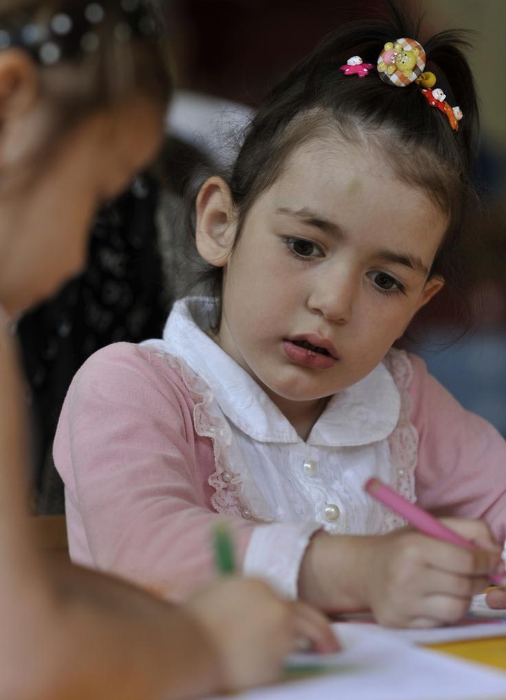 Una bimba disegna insieme ad un'amica. E' scappata dalla Cecenia con la sua famiglia e ora vive in un centro di accoglienza a Linin, in Polonia.  © UNHCR/B. Szandelszky www.unhcr.it/1family