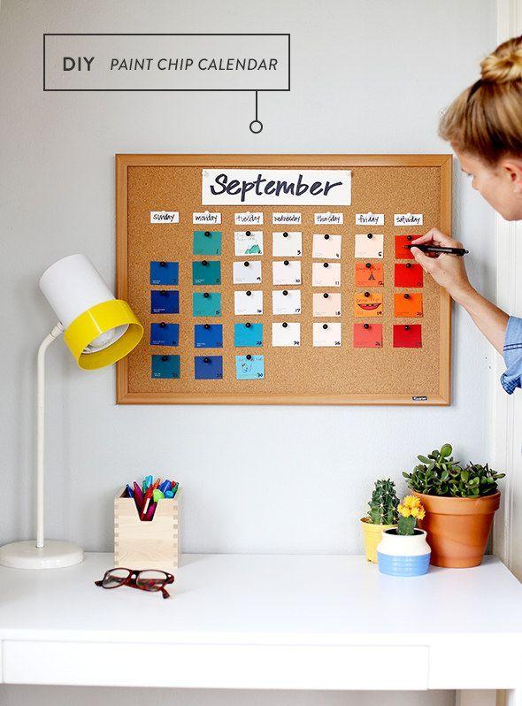 Pega muestras de pintura en una cartelera de corcho para hacer un calendario colorido y barato.