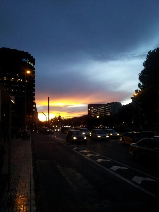 Avenida Diagonal w Barcelonie wczesnym wieczorem