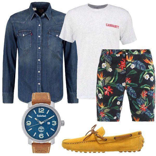 Outfit composto da shorts a fantasia floreale, t-shirt in jersey, camicia di jeans, mocassini in pelle e orologio in acciaio inossidabile con cinturino in pelle.