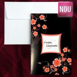 Invitatie predominata de culoarea neagra, ornata cu inseratii florale roz somon lacuite stralucitor in relief, ce prezinta in centru un decupaj cu chenar portocaliu in care sunt tiparite numele (initialele) mirilor.  Acesteanecesita o alta trecere si se  platesc separat (tiparire: 0.25 lei/buc). Plicul este inclus in pret.  Pret tiparire:  0.35 lei/buc – negru  0.49 lei/buc – color  0.80 lei/buc – auriu, argintiu. #invitatie de #nunta #mirese #miri #invitatii #elegante #originale
