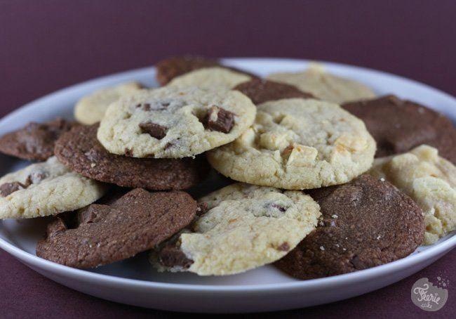 Avec un titre comme celui-ci, fallait pas rater son coup. Et nous on est sûrs de nous. Ces cookies là, les copains, c'est les meilleurs! Ils sont fondants, moelleux, croquants, tout juste cuits…à tomber. Et cerise sur le cookie, vous pouvez y ajouter ce qui vous plaira: pépites de chocolat, noix de coco râpé, cerises séchées, poire-chocolat (c'est une tuerie)… La recette des meilleurs cookies du monde (pour 35-40 cookies): Ingrédients: – 230 g de beurre pommade – 320 g...Lire la suite