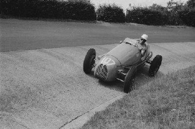 #107 Robert Manzon (F) - Gordini T16 (Gordini 6) wheel lost (4) Equipe Gordini