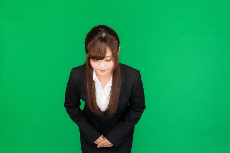 「お辞儀をする女性(グリーンバック)お辞儀をする女性(グリーンバック)」[モデル:河村友歌]のフリー写真素材