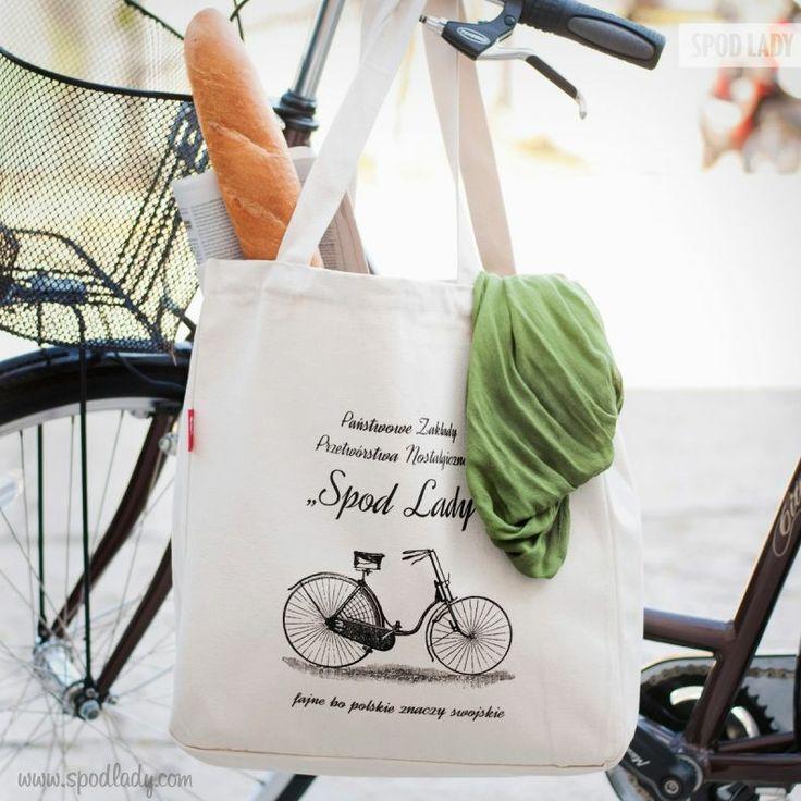 """Torba zakupowa z motywem roweru w wersji retro z hasłem Państwowe Zakłady Przetwórstwa Nostalgicznego """"Spod Lady""""."""
