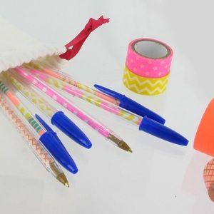 Parce que ce sont les petites choses du quotidien qui le rendent plus joli, nous vous proposons ici un DIY* très facile, pour customiser vos stylos bille en un clin d'oeil.MatérielPour réaliser des stylos bille originaux et colorés, il vous faudra :Des stylos billeDu masking tape (ruban adhésif décoratif) et/ou du papier décoré type DécopatchComment faireSi vous utilisez du papier décoré, il vo...
