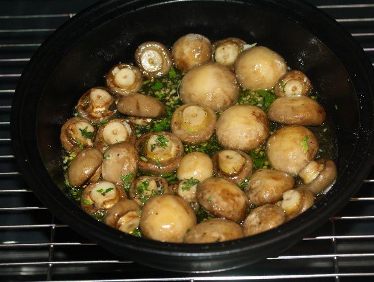 Ciuperci cu usturoi la cuptor - Se adauga vinul, usturoiul si patrunjelul si se mai lasa 20 minute la cuptor