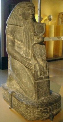 Statue of a kneeling Senenmut.....18th Dynasty architect and government official.    🌹