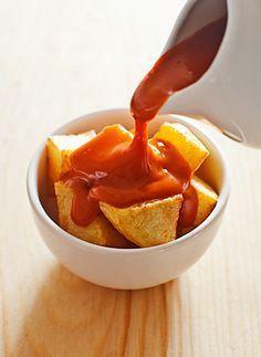 Buenos días, por fin tras mucho probar y ver unas y otras recetas he conseguido, según mi gusto la receta mas aproximada a la receta original de la salsa brava que ponen en Madrid a las patatas bra…