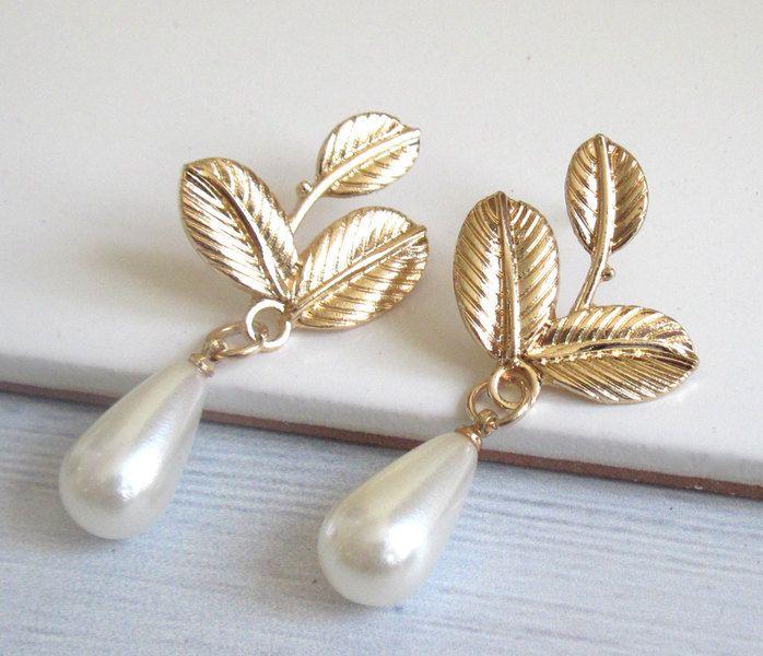 triple bladgoud studs oorbellen met parel  van Custom Handmade Jewelry, Vintage and Modern Jewelry  op DaWanda.com